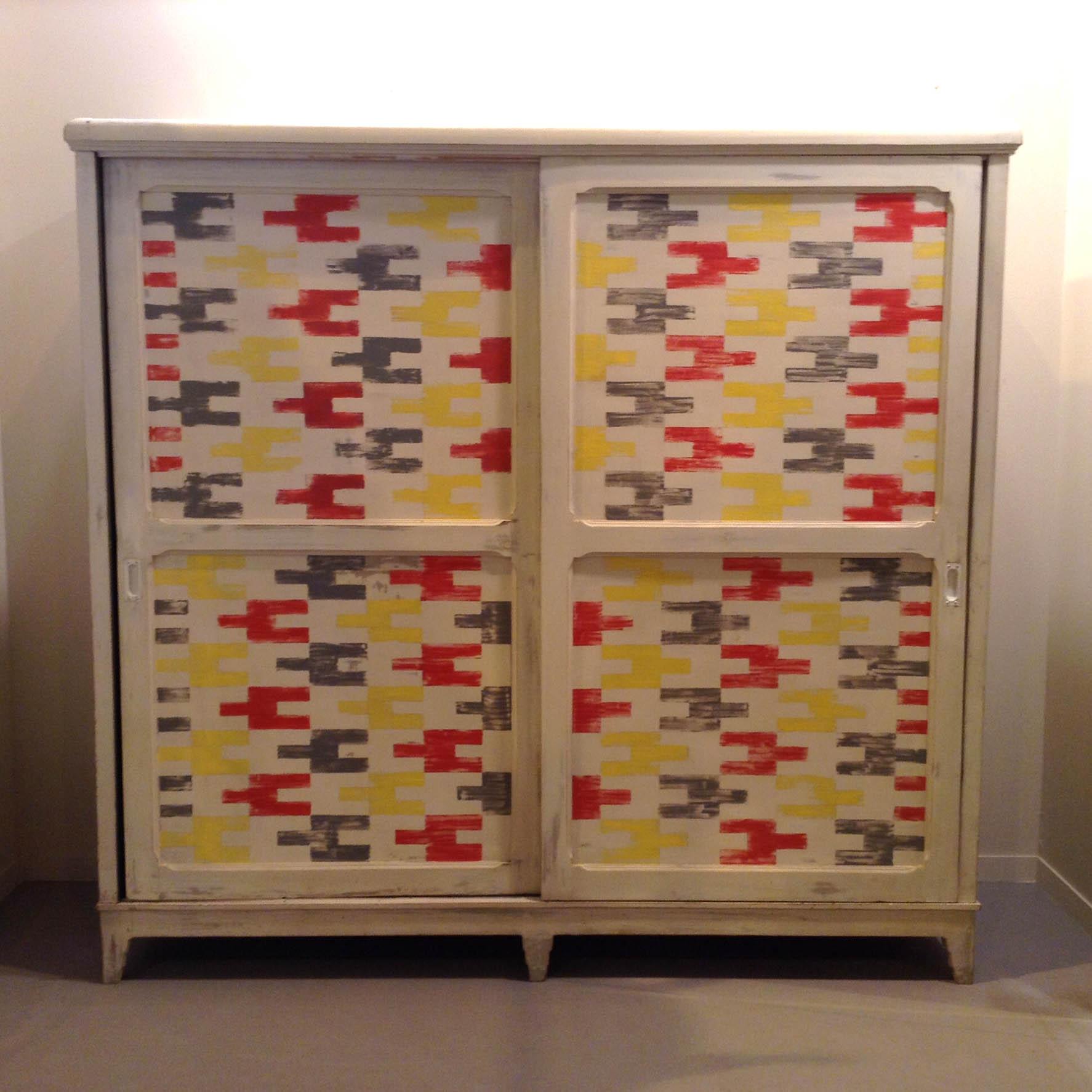 2 armario antiguo puertas correderas blanco gris colores rojo amarillo baldas estantes fondo grande vintage estilo estampado geometrico industrial 1