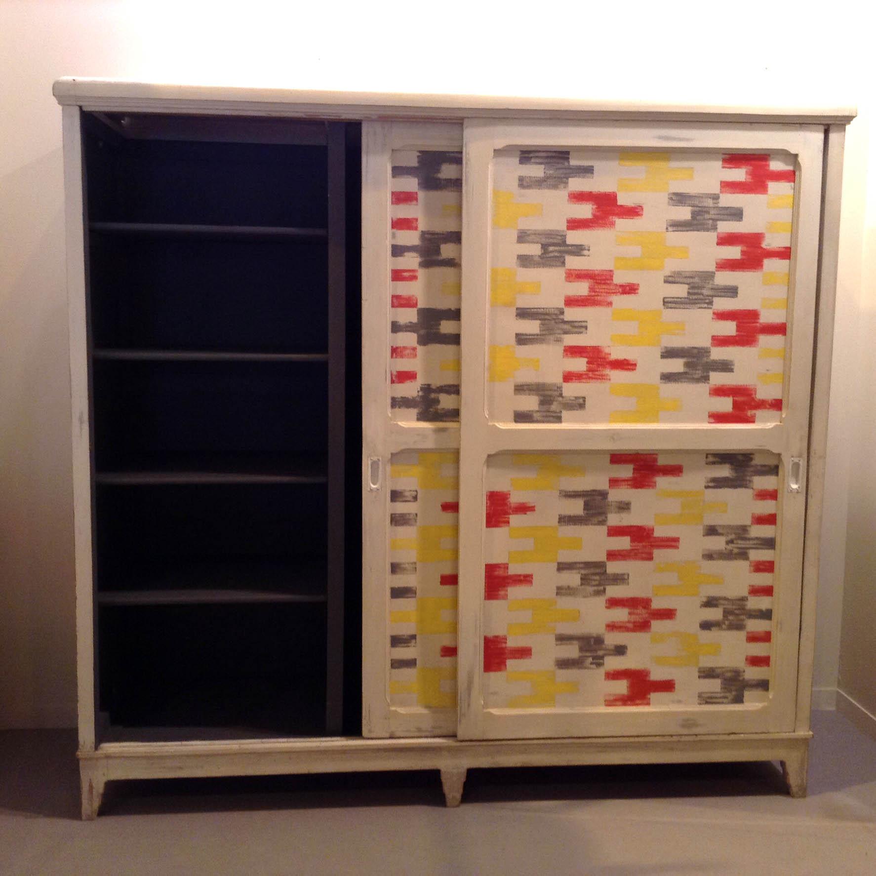 3 armario antiguo puertas correderas blanco gris colores rojo amarillo baldas estantes fondo grande vintage estilo estampado geometrico industrial 1