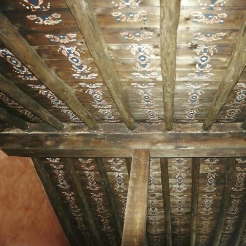 Pintura decorativa techo madera vigas rural casa