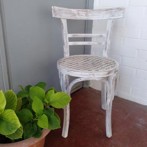 Silla thonet blanca desgastes original asiento damero natual eco vintage decoracion tendencia decoracion toledo interiorismo restauracion reciclaje transformacion muebles personalizacion