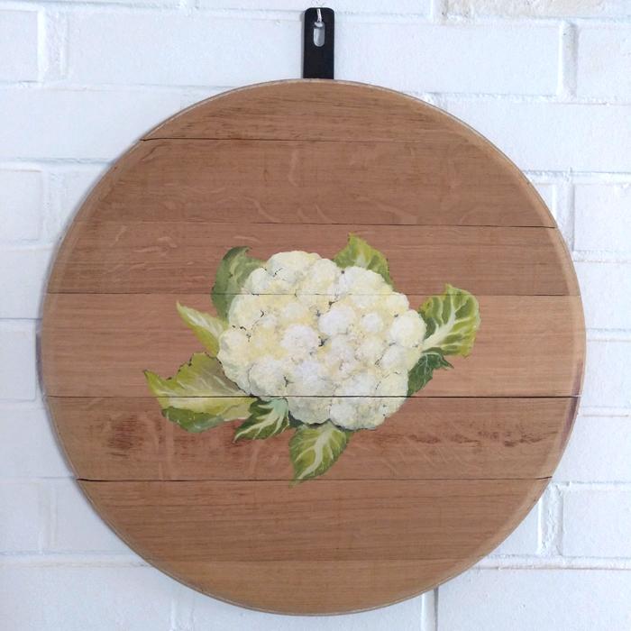 bodegon decoracion comedor cocina paredes cuadros arte coliflor verduras vegetales madera tabla roble decorar pintado mano artesanal