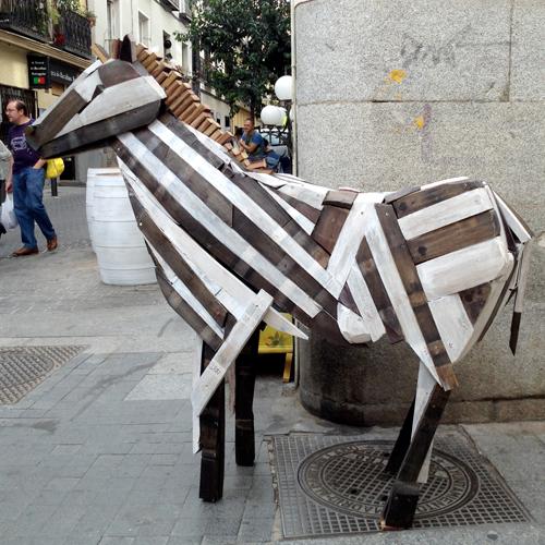 cebra escultura madera barricas vino duelas reciclado materiales