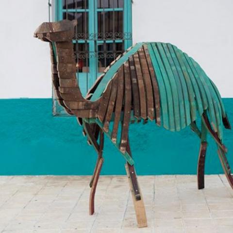 escultura muebles reciclados materiales barricas vino duelas madera dromedario